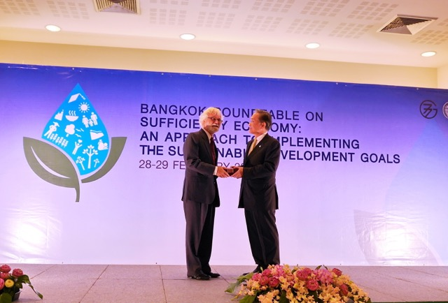Dr. Bergsteiner being thanked for his work of summing up at the G-77 meeting
